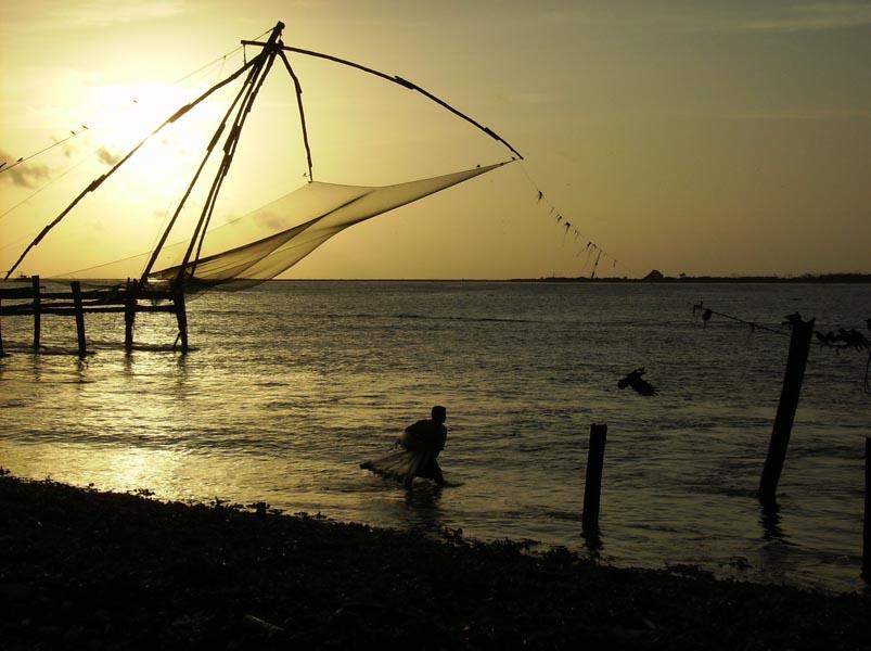 Un pescatorre che lancia la rete